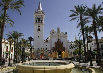 Plaza de España y portada de la Iglesia de San Juan Bautista.
